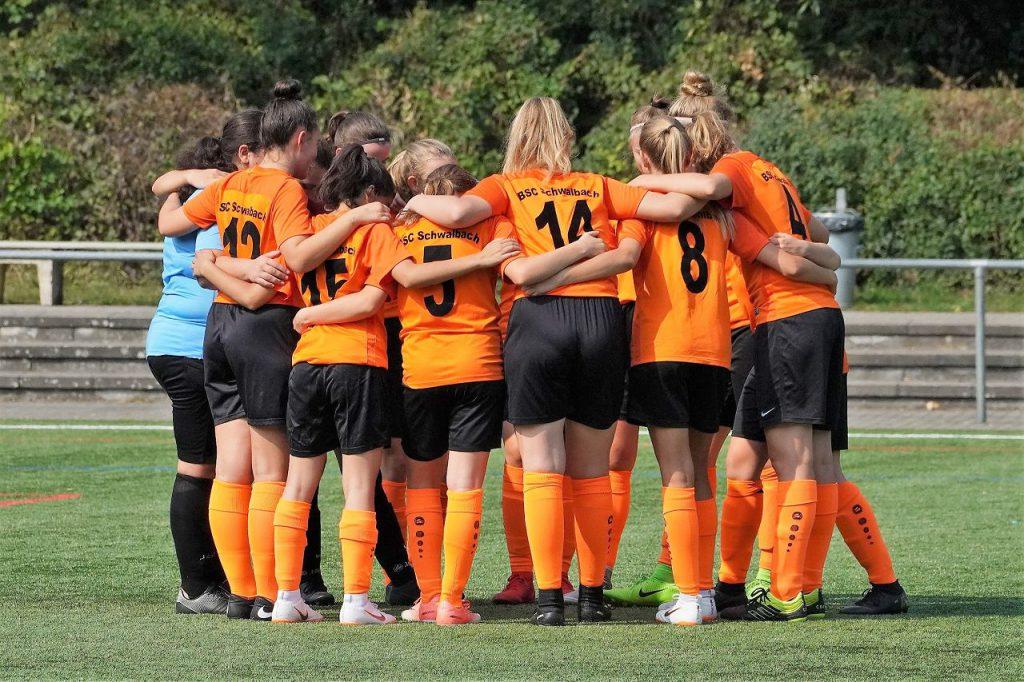 B-Mädchen Teamkreis vor Spiel gegen SV Fischbach