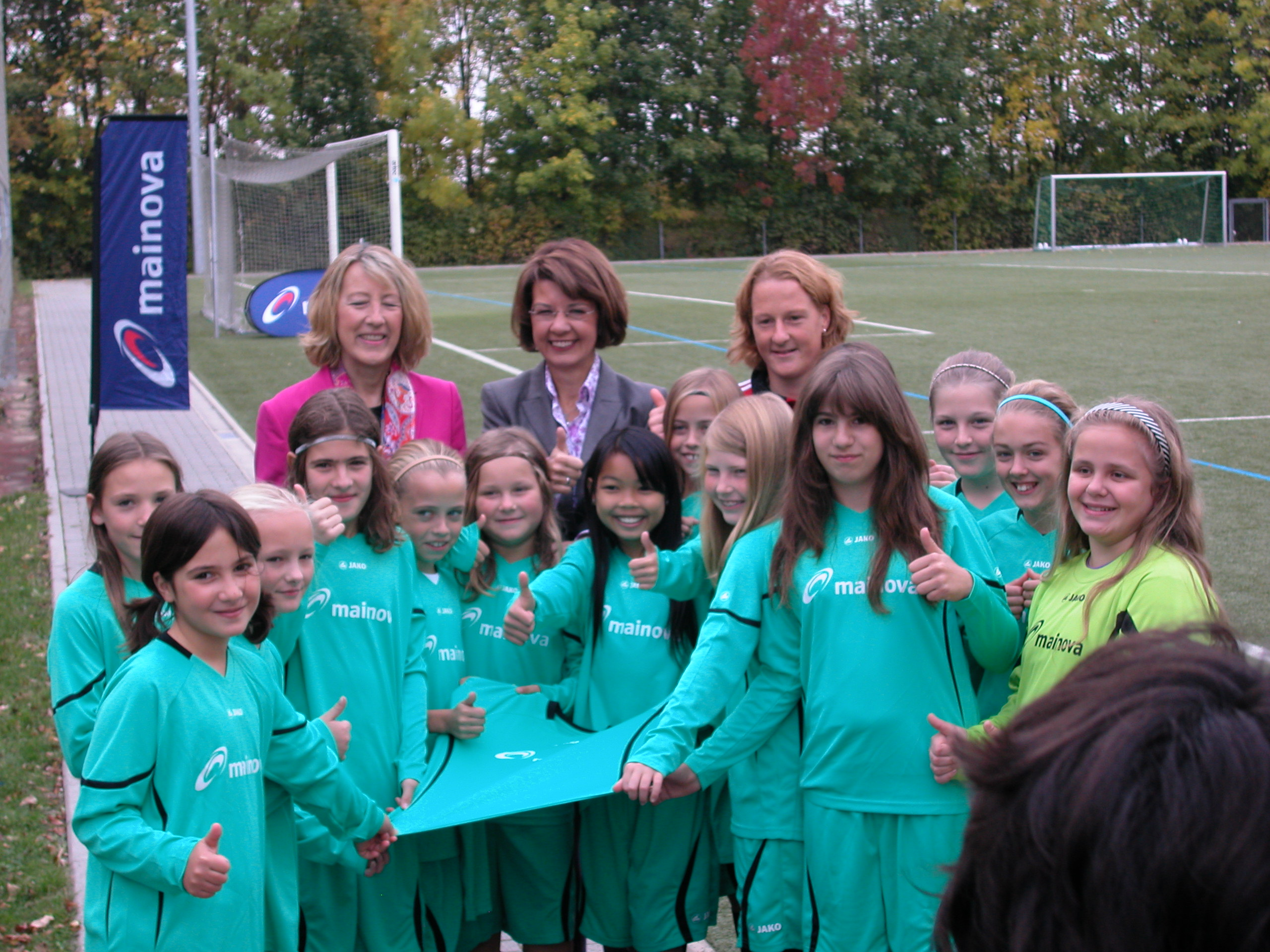 11.10.2012 – Melanie Behringer übergibt Trikots von Mainova an U12